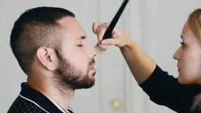 申请在英俊的人的化妆师构成 股票视频