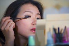 申请年轻美丽和愉快的亚裔韩国的妇女生活方式自然画象在家组成看在t的睫毛染睫毛油 免版税库存照片