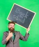 申请引起轰动的教育提议 特价优待折扣销售学校季节 人有胡子的老师拿着黑板 免版税库存图片