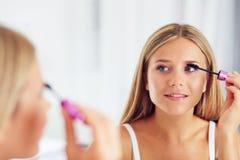 申请构成和看在镜子的妇女画象 免版税库存照片