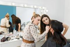 申请构成的化妆师 免版税库存图片