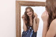 申请构成的少妇在镜子附近在化装室 图库摄影