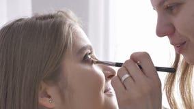 申请构成的年轻美丽的白种人妇女由化妆师50 fps 股票视频