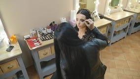 申请构成的年轻美丽的亚裔妇女由化妆师 影视素材