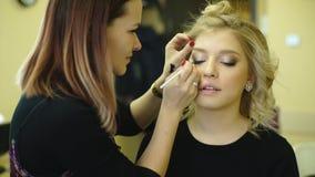 申请构成的年轻美丽的妇女由化妆师 股票视频
