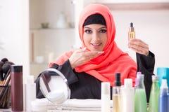 申请构成的hijab的美女 免版税库存照片