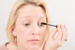 申请染睫毛油构成的妇女特写镜头 图库摄影