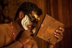 申请面孔构成的Kathakali执行者 免版税图库摄影