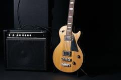 电低音吉他黑色坚硬案件和经典放大器 免版税库存照片