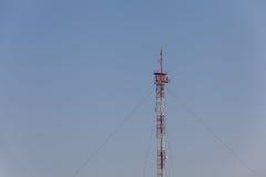 电信在蓝天背景下的塔柱子 库存照片