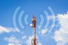 电信塔与Wi-Fi波浪的通讯台 免版税图库摄影