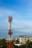 电信塔和美丽的蓝天 免版税库存图片