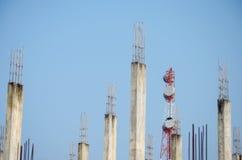 电信塔和被弄脏的老被放弃的大厦 免版税库存图片