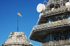 电信塔和风向袋 免版税库存照片