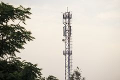 电信塔在乡区 免版税库存照片