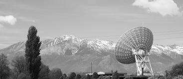 电信帆柱在山风景的电视天线 免版税图库摄影