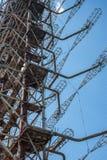 电信无线电中心在Pripyat,与天空蔚蓝的切尔诺贝利在背景 免版税库存照片