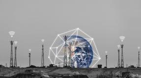 电信耸立与wifi信号标志和全球网络连接 这个图象的元素由美国航空航天局装备 免版税库存照片