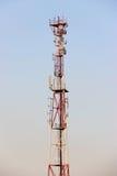 电信耸立和卫星盘在蓝天的电信网络与明亮的太阳光 免版税库存图片