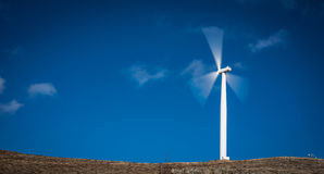 电力发动的风车 免版税库存图片