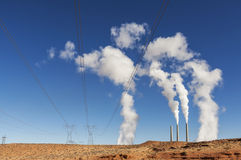 电力工业基础设施 在蓝天的烟囱白色烟 免版税库存图片