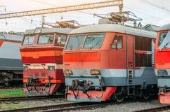 电力机车在铁路排队 库存照片