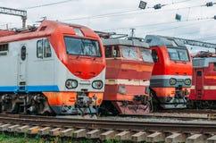 电力机车在铁路排队 图库摄影