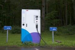 电动车充电的点在停车场在Padise 爱沙尼亚 免版税库存图片