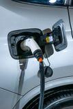 电动车和电动车充电站 免版税库存照片