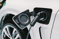 电动车收费系统 先进的混合动力车辆的EV燃料 现代汽车技术或先进的能量概念 免版税图库摄影