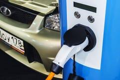 电动车的充电器在被连接的汽车2016年 免版税库存图片
