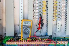 电压24 Vdc在Electrica终端的测量连通性  免版税库存图片
