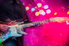 电吉他球员摇晃的被弄脏的多重曝光 免版税库存照片