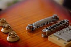 电吉他身体和脖子细节在木背景葡萄酒看 图库摄影