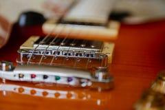 电吉他身体和脖子细节在木背景葡萄酒看 库存照片