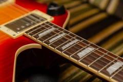 电吉他身体和脖子细节在木背景葡萄酒看 库存图片