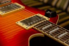 电吉他身体和脖子细节在木背景葡萄酒看 免版税库存图片