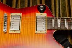 电吉他身体和脖子细节在木背景葡萄酒看 免版税库存照片