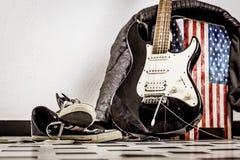 电吉他,皮夹克和体育鞋子 图库摄影