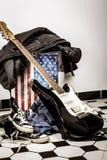 电吉他,皮夹克和说谎在fl的体育鞋子 免版税库存照片