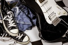 电吉他,皮夹克和说谎在fl的体育鞋子 库存照片