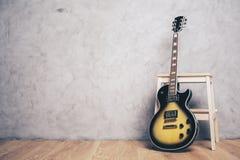 电吉他和凳子 免版税库存图片