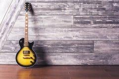 电吉他在木屋子里 库存图片