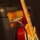 电吉他的组合放大器有在黑背景的吉他的 浅景深,低调,接近  在输入的焦点 免版税库存图片