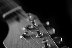 电吉他脖子、调整的钥匙和串的特写镜头 免版税图库摄影