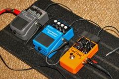 电吉他脚蹬和缆绳 免版税库存图片