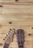 电和声学吉他床头柜 免版税图库摄影