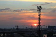 电和communiction在日落背景的网络导线在晚上 免版税图库摄影