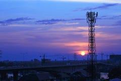 电和communiction在日落backgrou的网络导线 库存图片