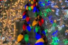 电圣诞节在超级市场,商店上色了电灯泡待售 大范围,各种各样五颜六色 库存照片